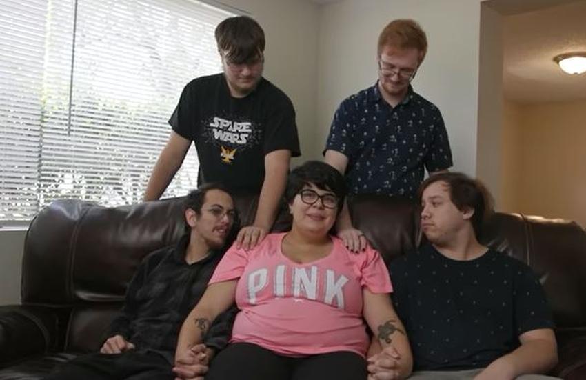Una mujer de Florida en una relación poliamorosa con cuatro novios sale embarazada y criarán todos a la bebé