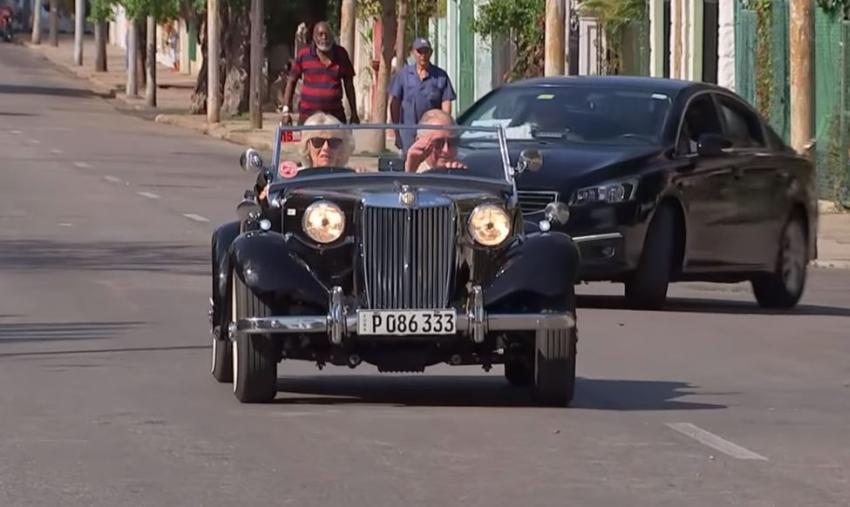 Príncipe Carlos utiliza una foto manejando un auto en Cuba en su postal de Navidad