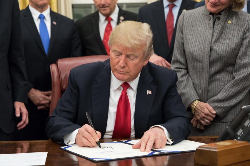 Presidente Trump anuncia que suspenderá temporalmente la inmigración a Estados Unidos
