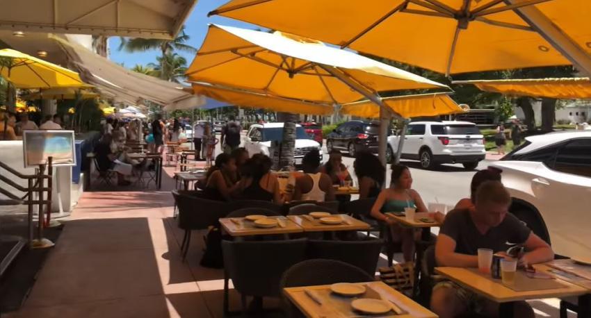 Penalizan a 6 restaurantes en Miami Beach por incumplir las nuevas leyes de letreros con happy hours y especiales en las aceras