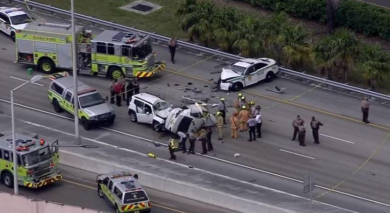 Auto en sentido contrario provoca accidente e impacta auto de la policía
