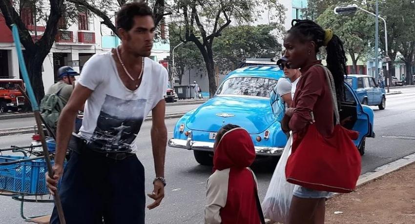 Varias personas intervienen ante el maltrato de un hombre a una mujer y su hijo en céntrica avenida en La Habana