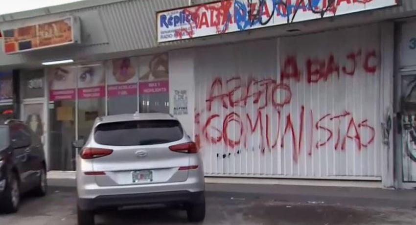 """Pintan """"Abajo Comunistas"""" en la fachada del grupo pro gobierno de Cuba Alianza Martiana en Miami"""