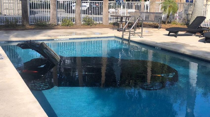 Automóvil termina dentro de la piscina de un hotel en West Palm Beach por accidente