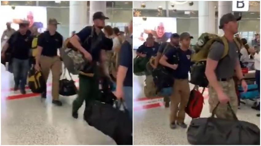Bomberos de Estados Unidos son recibidos con aplausos al llegar a Australia