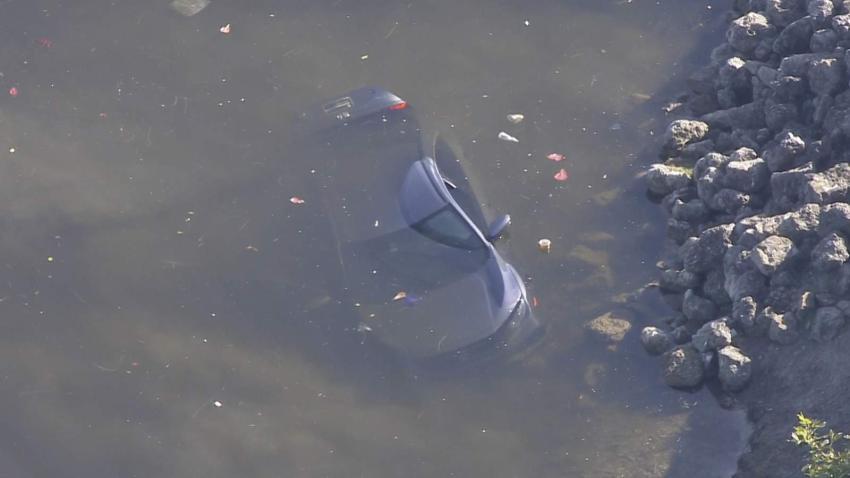 Buzos revisan un canal en Opa-Locka donde apareció un automóvil sumergido