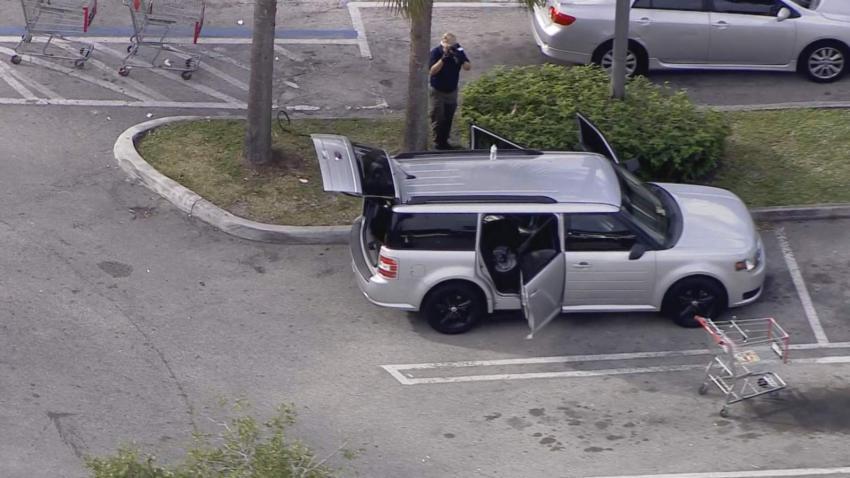 Un niño de 7 años se dispara a sí mismo accidentalmente con un arma que había dentro del auto de su padre