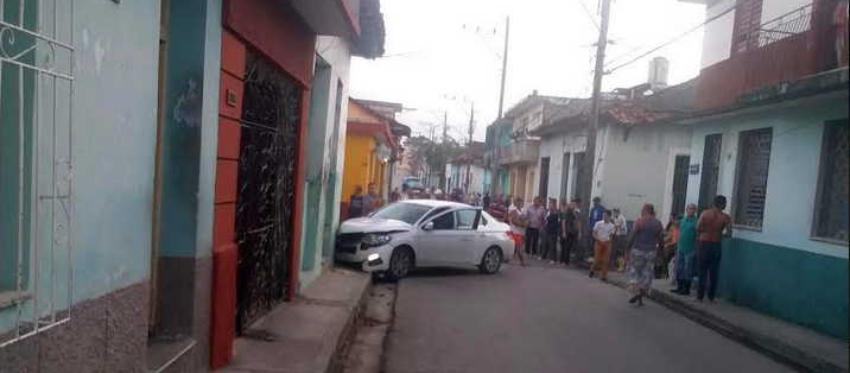 Automóvil de turismo se estrella contra una casilla de Comercio en Sancti Spíritus