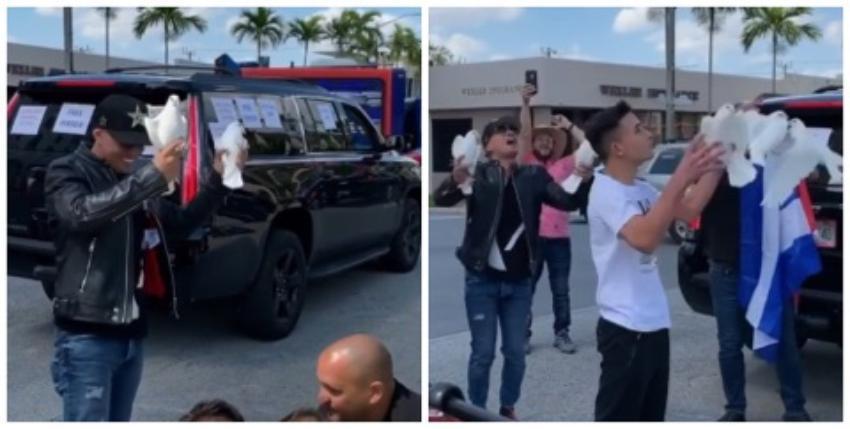 Baby Lores lanza palomas blancas al aire en la caravana Por una Cuba Libre en Miami