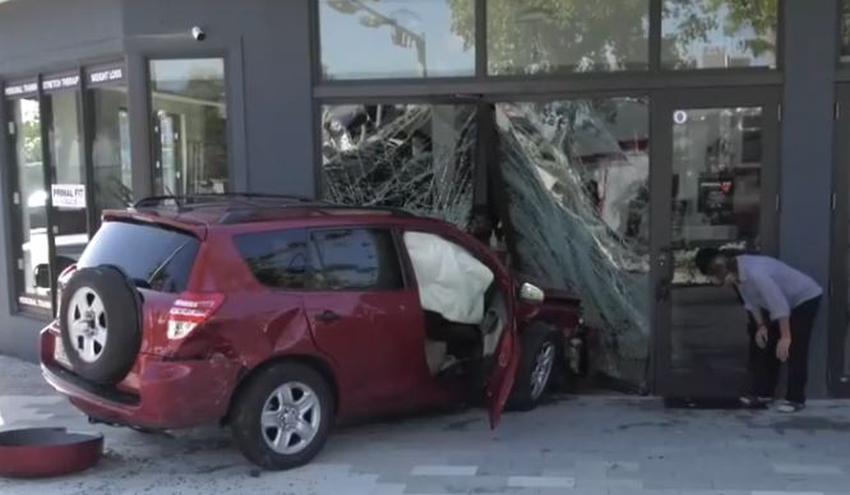 Conductor choca contra un carro y después arremete contra un gimnasio en el noroeste de Miami