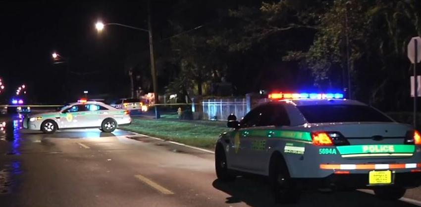 Un hombre y un adolescente son hospitalizados tras recibir disparos afuera de un complejo de apartamentos en el noroeste de Miami