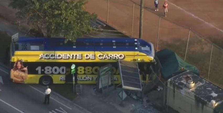Un autobús se estrella contra una parada en el suroeste de Miami; dos personas resultan heridas