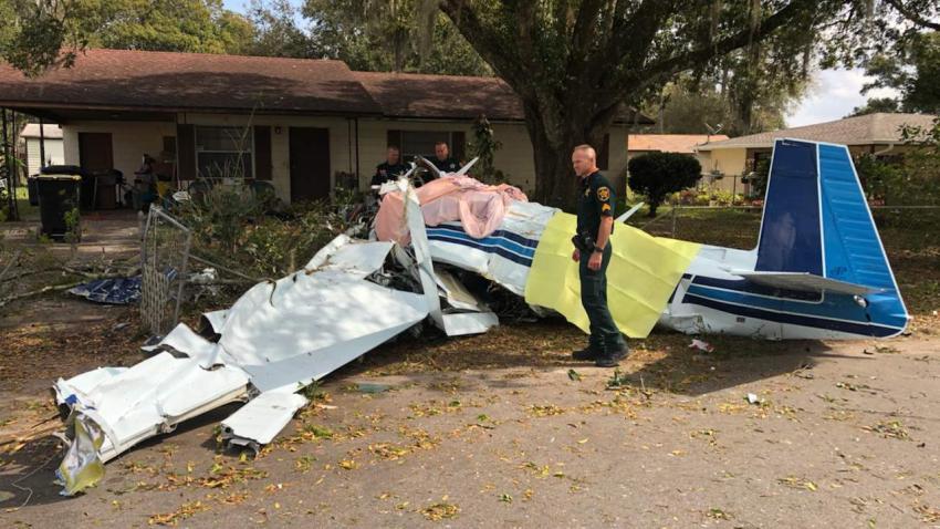 Dos personas murieron en una avioneta que se estrelló en frente de una casa en la Florida