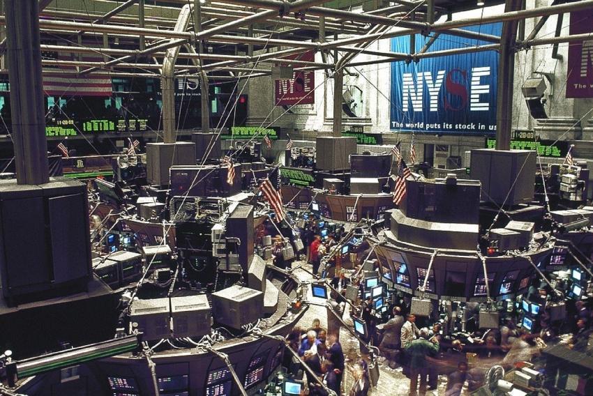 Se desploman los mercados financieros, a medida que casi 60 países reportan coronavirus