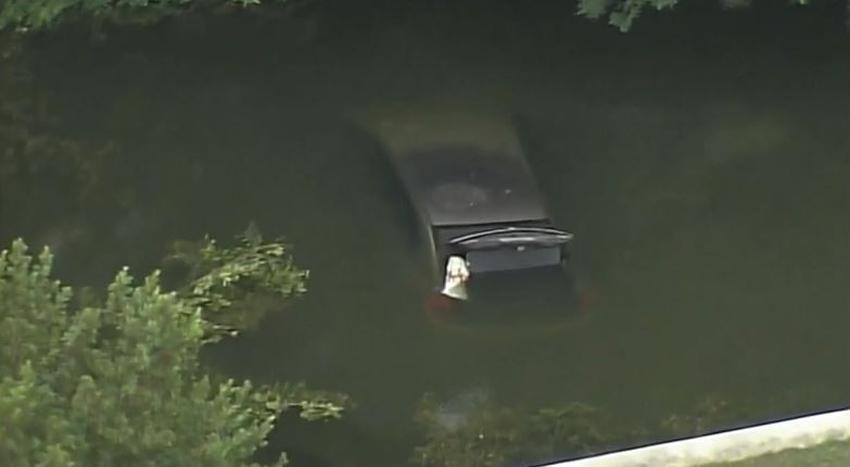 Policía investiga la muerte de un joven que cayó en un carro a un canal en el sur de la Florida