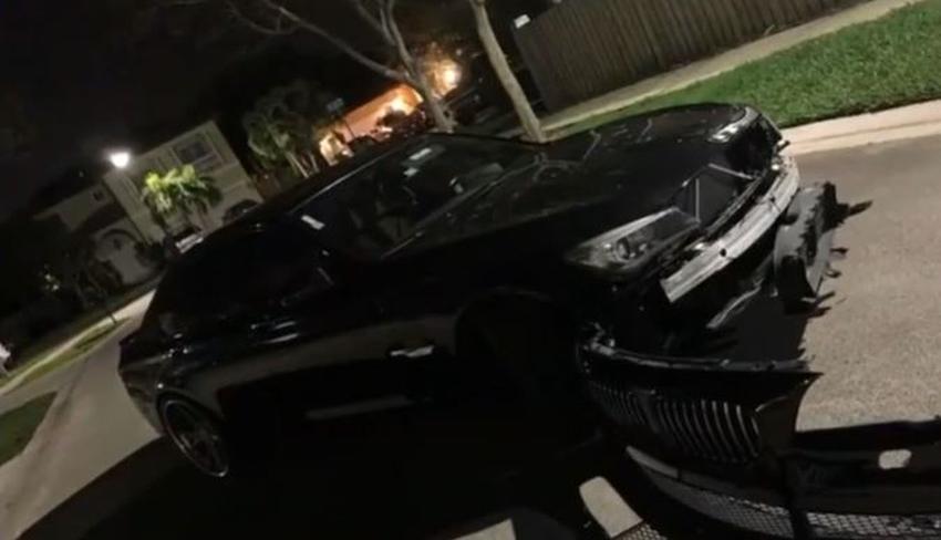 Gruero daña un BMW en Miami y lo deja tirado en el medio de la calle