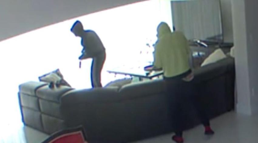 Una madre de Miami ve a través de su celular como varios hombres entran a robar a su casa, y no puede hacer nada