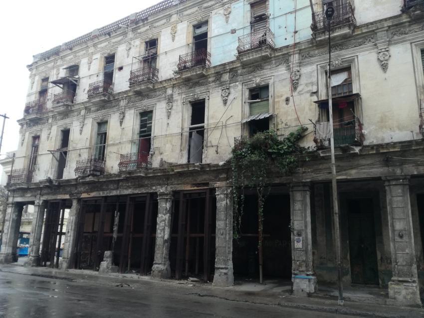 Alertan sobre posible edificio en peligro de derrumbe en La Habana