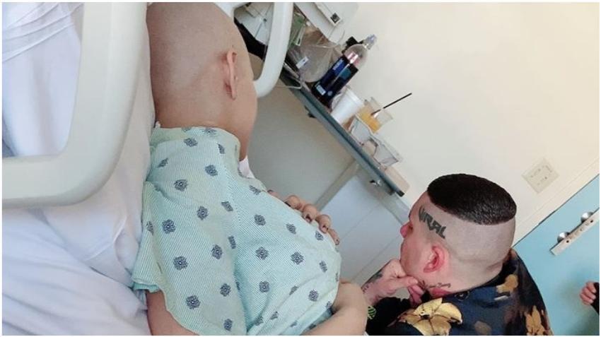 Reguetonero cubano Osmani García visita en el hospital a Isleini, la joven cubana con leucemia en Miami