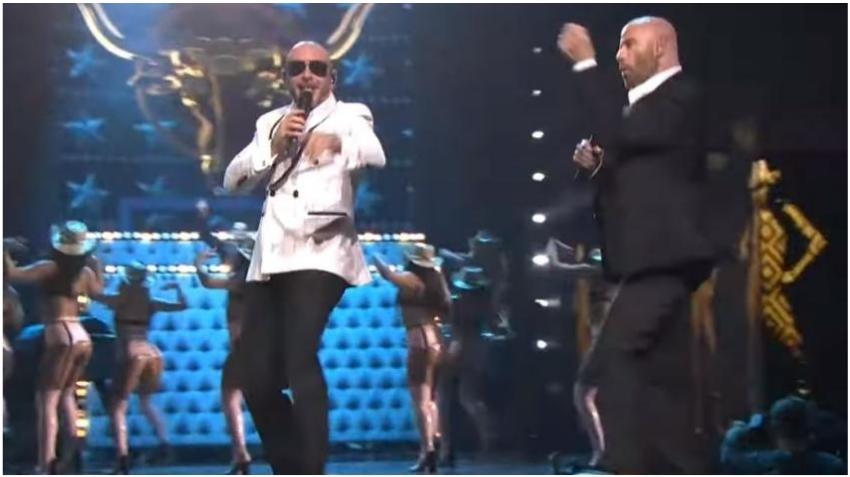 """John Travolta se suma a Pitbull en el escenario de Premios lo Nuestro interpretando """"3 to Tango"""""""
