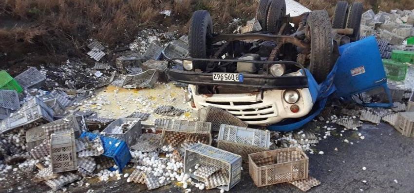 Se vuelca un camión que transportaba huevos a Trinidad, y deja un fallecido y un herido