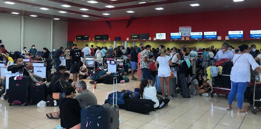 Viajeros aglomerados en el Aeropuerto Internacional José Martí, intentan salir de Cuba antes del cierre de fronteras
