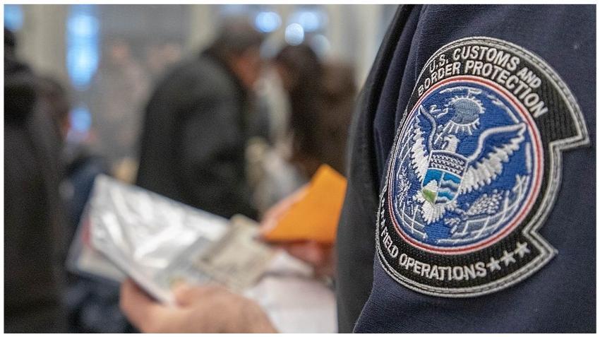 Arrestan a un agente de CBP que llevaba casi 18 kilos de cocaína por el aeropuerto
