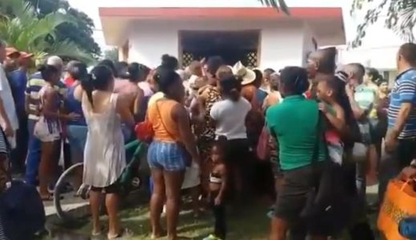 Peleas y empujones en una cola en Cuba para comprar pasta de diente y jabón