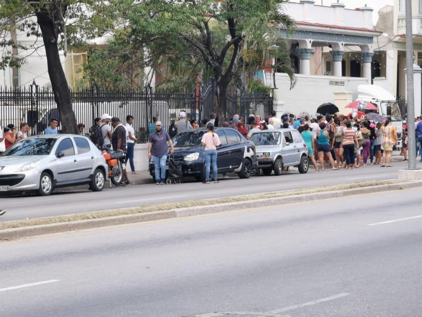 Largas colas en Cuba para conseguir alimentos a pesar de la pandemia del coronavirus