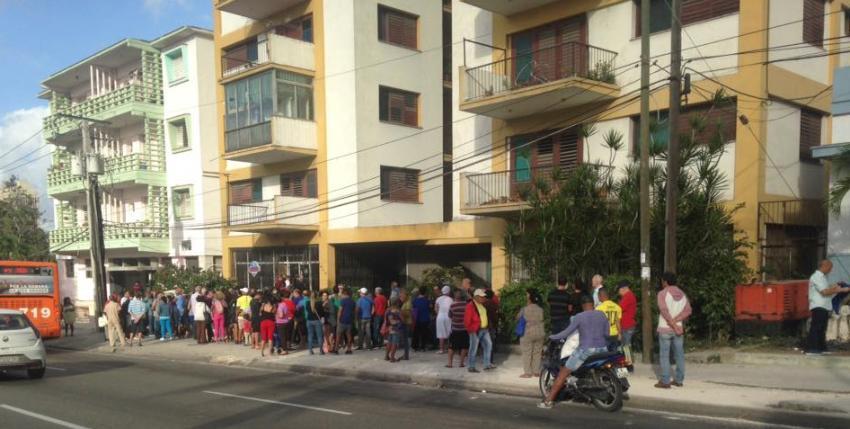 Vergonzoso: Cubanos se acuestan y amanecen haciendo colas