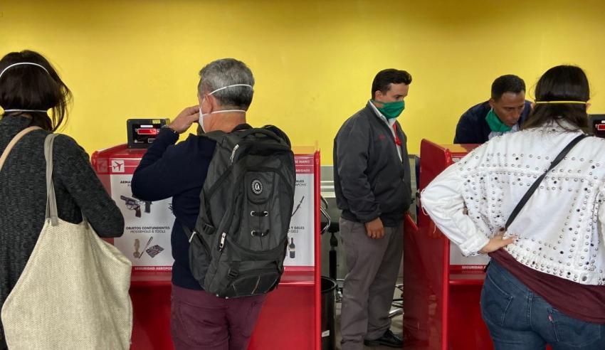 Empleados del Aeropuerto José Martí en La Habana están usando máscaras para protegerse del Coronavirus