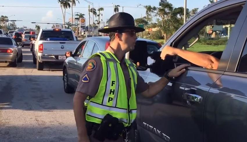 Policía bloquea la carretera de entrada a los Cayos de la Florida para evitar entrada de turistas
