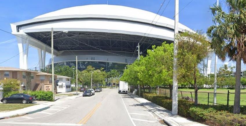 Abren sitio móvil de pruebas de coronavirus para personas mayores en el Marlins Park en Miami