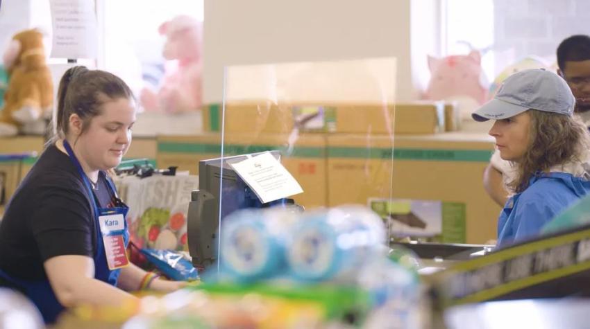 Algunos mercados instalarán en sus registradoras protectores contra estornudos para proteger a sus cajeras del coronavirus