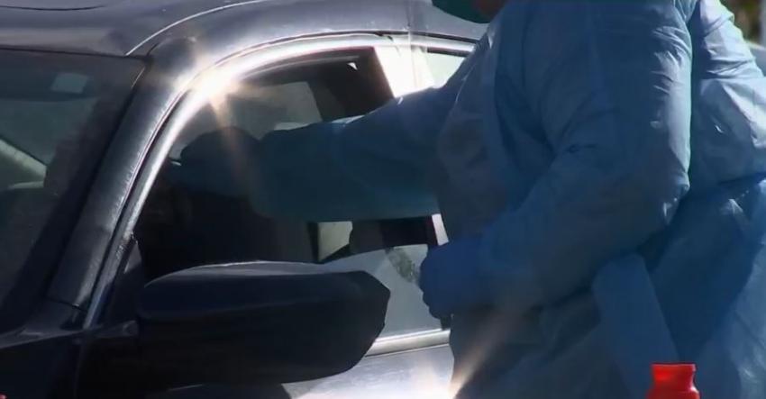 Hacen la prueba del coronavirus a personas mayores, personal médico, policías y bomberos, en centro móvil en Pembroke Pines