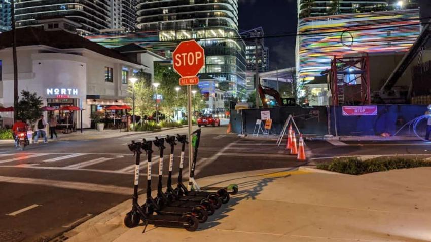 Alcalde Carlos Giménez prohíbe ciclomotores y scooters de uso común en Miami-Dade