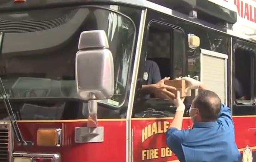Dueño de Vicky Bakery lleva pastelitos y sándwiches a los bomberos de Hialeah