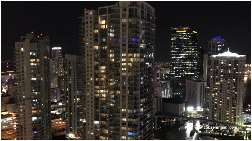 Residentes en Miami aplauden y agradecen a los trabajadores de la salud desde sus balcones