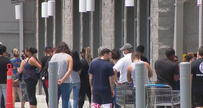 Ponen límites en la capacidad de los supermercados en Miami Dade y se hacen colas afuera