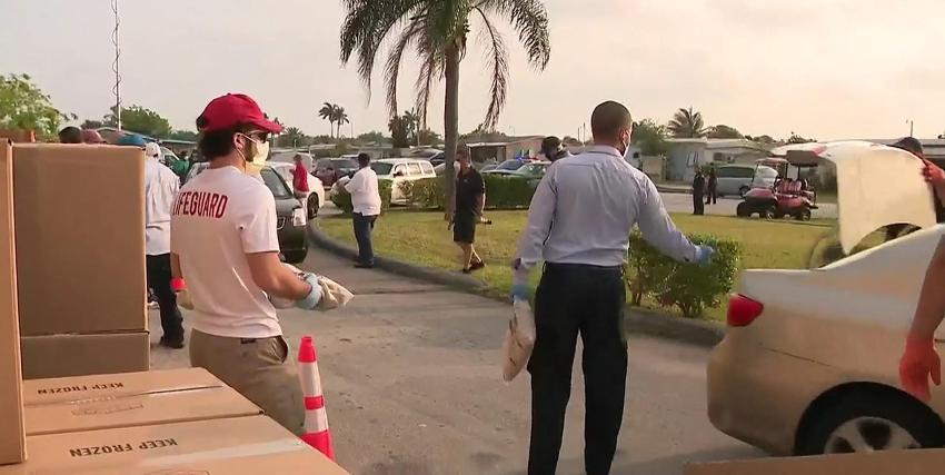 Larga cola en un centro para la distribución de alimentos en Sweetwater, Florida, demuestra que la necesidad se hace cada vez más presente