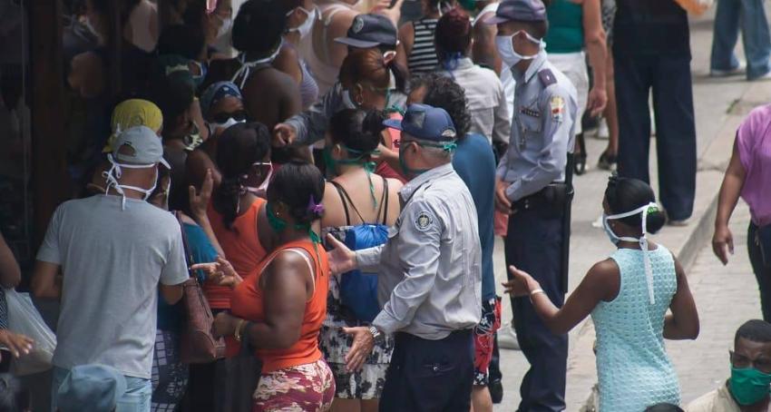 La Habana: Comienzan a aplicar multas de 2.000 pesos a quienes no guarden distanciamiento físico en las colas
