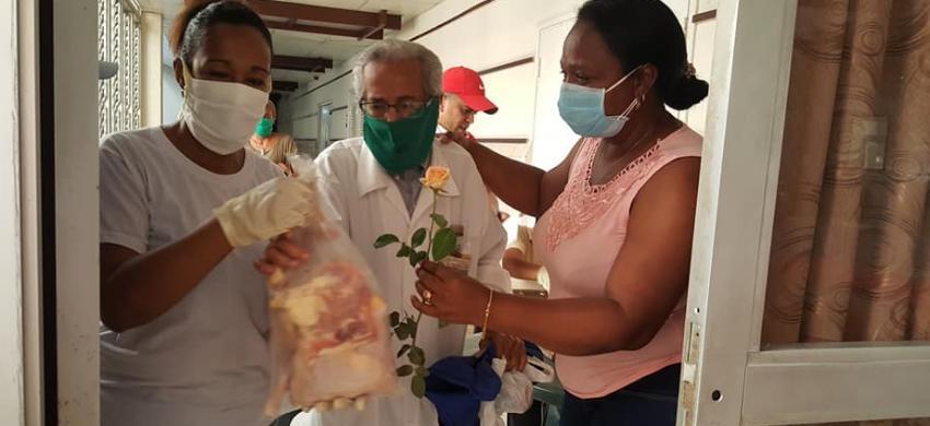 Gobierno cubano estímula a sus profesionales de la salud autorizando a CIMEX a venderles pollo, en medio de la pandemia