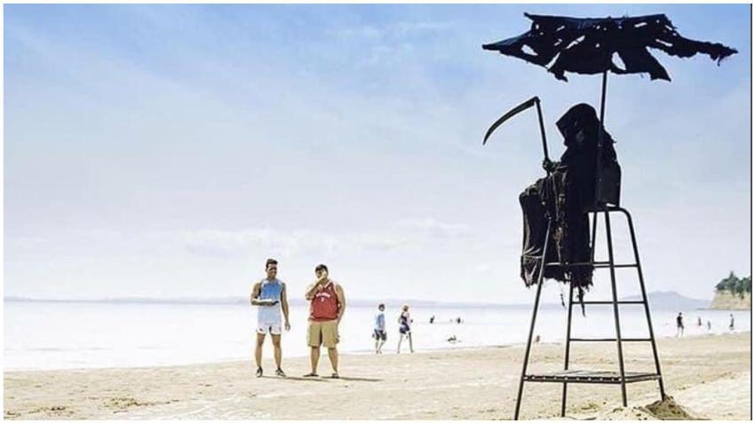 """Un hombre vestido de la """"muerte"""" promete visitar playas de los Estados Unidos que reabran demasiado pronto para recordar a los residentes del peligro"""
