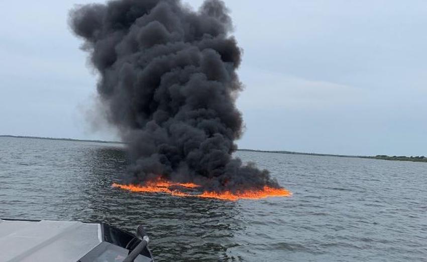 Guardia Costera de los EEUU rescata a 8 personas de un bote incendiado en las costas de Florida
