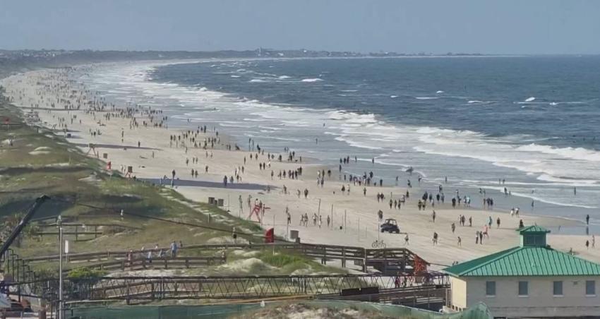 Residentes en Jacksonville, Florida inundan las playas después de que el alcalde reabriera las del condado Duval