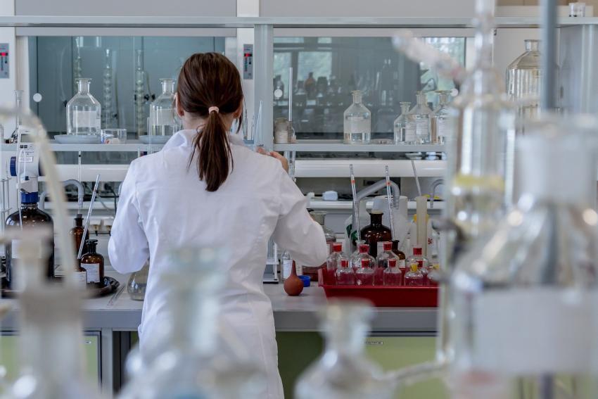 Estados Unidos está investigando teorías que sugieren que el virus COVID-19 se escapó accidentalmente de un laboratorio en China