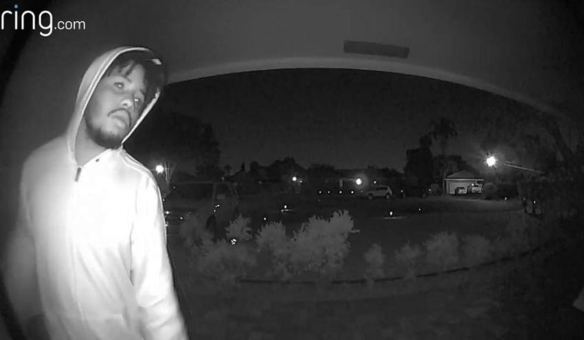 Grabado en cámara un hombre que entró a robar a la casa de una anciana en el sur de la Florida