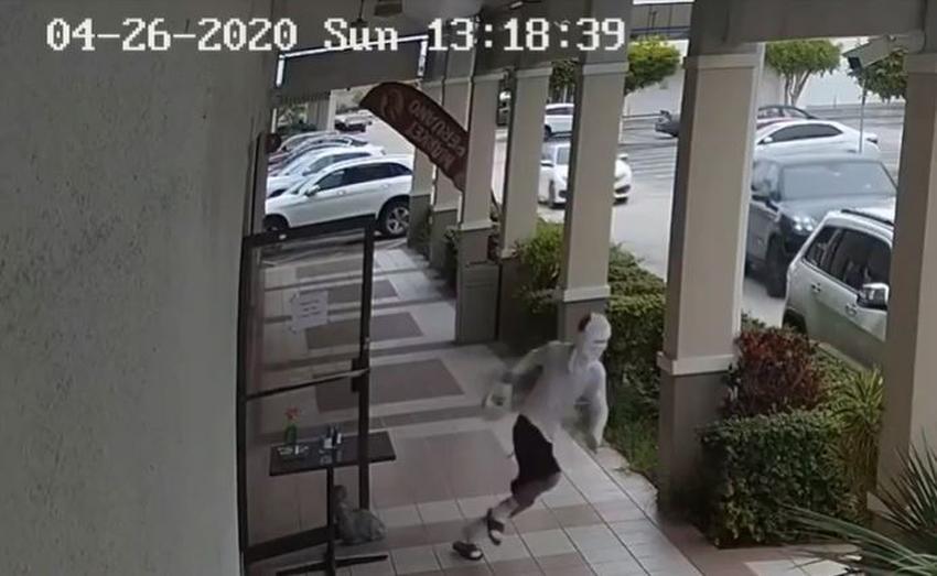 Ladrón roba de un restaurante en Miami un frasco con dinero que era para alimentar a los trabajadores de la salud
