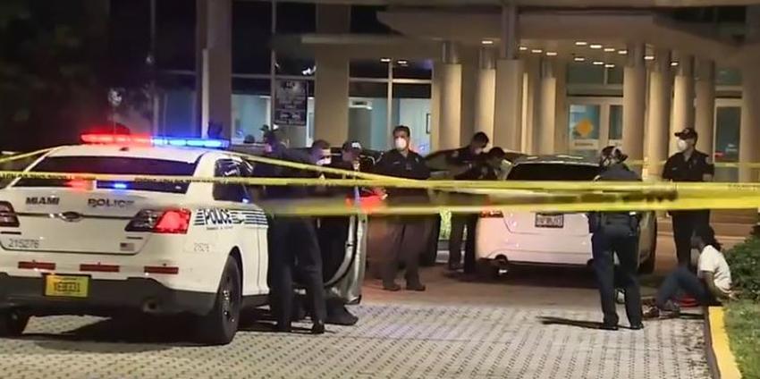 Dos personas llegan heridas al Hospital Jackson en Miami en un automóvil acribillado a balazos