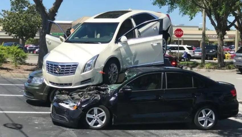 Un conductor de Florida destroza dos vehículos estacionados detrás del suyo dando marcha atrás